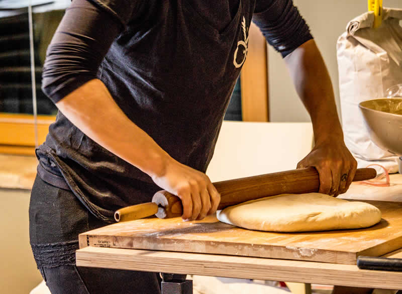 Lavorazione pasta per pane al mattarello