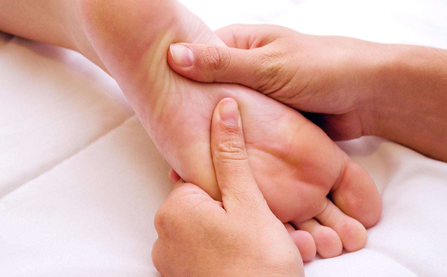 Massaggio piede rilassante agriturismo Terra di Michelangelo