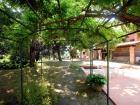 Il giardino, con tavolo, griglia, forno, e acqua di sorgente a disposizione degli ospiti.